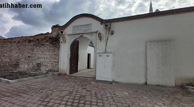 Sümbülefendi camii önündeki kaçaklar yıkıldı