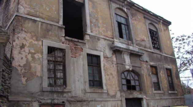 Ermeni eski okul binası Fatih belediyesi tarafından onarılıyor