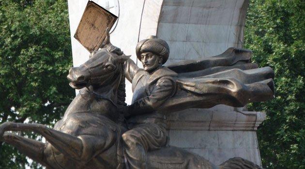 Fatih heykelinde eksik olan kitap
